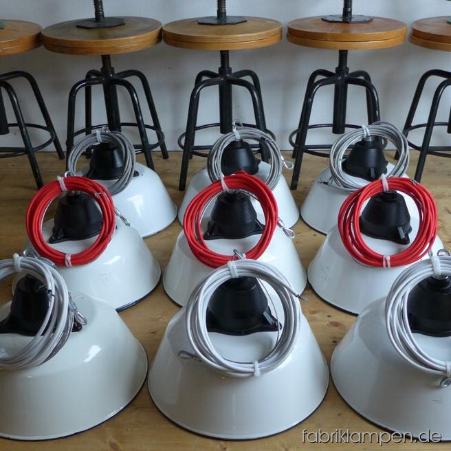 akt13 weil sch n 2 weisse emaille lampen fabriklampen. Black Bedroom Furniture Sets. Home Design Ideas