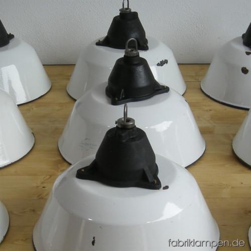 weisse industrielampen mit drahtseil fabriklampen. Black Bedroom Furniture Sets. Home Design Ideas