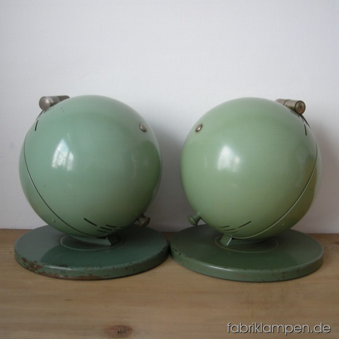 2 p. legendary Hanau S100 solar lamps from the 1930ies as pair (light difference in colour). Good original condition. I sell them definitely as decoration or repair-object. Diameter base ca. 28 cm (11 inches), diameter lamps ca. 24 cm (9,4 inches), total height ca. 30 cm (11,8 inches).