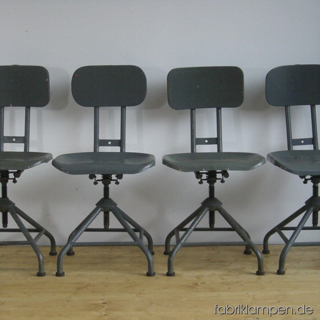 4 industrial revolving chairs in very nice condition. Sitting height between 41 and 51 cm, the sits are made of metal sheet, with spring-mounted backrests.