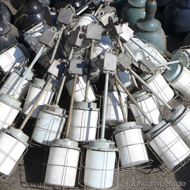 Ich kann es nicht wiederstehen und muss immer wieder Bilder über interessantere Posten machen (natürlich fotografiere ich nicht jede einzelne Lampe, die wir bekommen…). Hier sind einige leichte Gitterlampen mit weißem Schutzglas, Scherenlampen und eine Gruppe langhalsiger Emaille Lampen – mit einigen wunderschönen grünen Exemplaren aus den 1920-ern Jahren (Siemens oder Kandem) - eben eingetroffen.