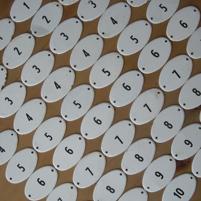 6 x 10 Stück Emailleschilder mit Zahlen von 1-10. Guter Zustand, leichte Gebrauchsspuren. Breite 8 cm, Höhe 5 cm. Der Preis bezieht sich auf einen Satz von 10 Stück Schilder mit Nummerierung von 1 bis 10.