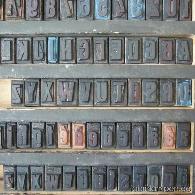 Neoprint Stempelsatz im Holzkasten, mit üblichen Gebrauchsspuren, ohne Beschädigungen.