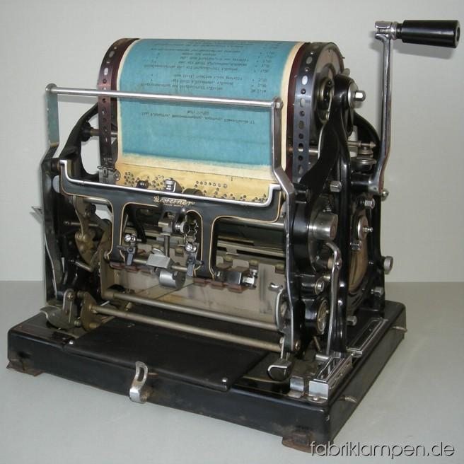 Antike Kopiermaschine (Vervielfältiger) von Gestetner, Typ Cyclostyle,vermutlich Typ Nr. 6 um 1912-1913. Die Maschine befindet sich in einem altersbedingten guten Zustand. Die Abdeckung ist überstrichen worden und hat starke Gebrauchsspuren. Breite ca. 45 cm, Höhe ca. 46 cm, Tiefe ca. 35 cm (Abdeckung), gewicht ca. 27 kg.