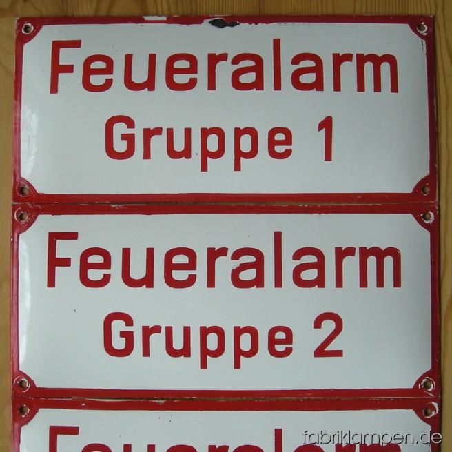 4 alte Emaille Schilder der Feuerwehr (Feueralarm Gruppe 1-4) im guten Originalzustand, mit üblichen Alters- und Gebrauchsspuren. Die Ränder sind überstrichen worden.