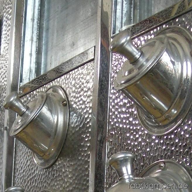 Alte Kaffeeschütten (3 Stück) und ein Ölspender aus einem alten Krämerladen oder Cafe. Sehr seltenes Set im Originalzustand. Material: gehämmertes und (seitlich, hinten und oben) lila bemaltes Blech, der Ölspender ist mit dem originalem geeichten Dosierglas ausgestattet.
