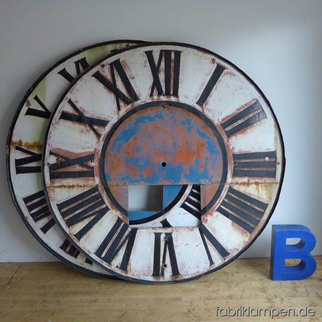 Altes Zifferblatt einer Turmuhr aus Oberbayern im schönen Originalzustand. Das Blatt besteht aus Stahlblech, vernietet mit schmiedeeisernen Rändern von hinten. Mit altersbedingter schöner Patina, die Lackschicht ist stabil (blättert nicht ab). Das kleine Fenster, wie üblich, fehlt. Durchmesser 170 cm, Gewicht ca. 60 kg. In dieser Größe ist es ein richtiger Eyecatcher. Das Zifferblatt stammt aus dem 19. Jahrhundert, es (oder das Uhrwerk selbst) wurde im Jahr 1909 renoviert, s. Aufschrift auf der Hinterseite (der ehemalige Meister hat hier für die großen Buchstaben Schablone verwendet, die Zahlen und die kleinen Buchstaben hat er ohne Schablone aufgemalt).