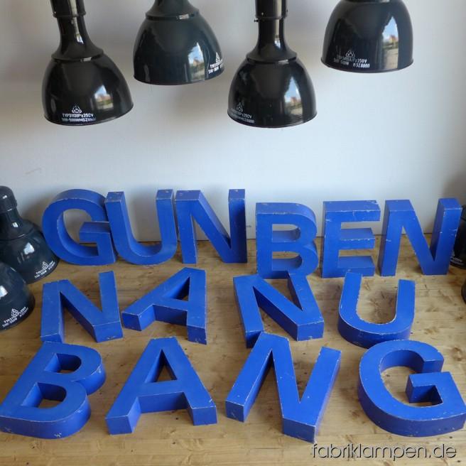 Schöne alte blaue Blechbuchstaben im gereinigten Fundzustand, mit Patina. Höhe der Buchstaben ist ca. 40 cm, Breite ca. 35 cm, Tiefe ca. 10 cm.