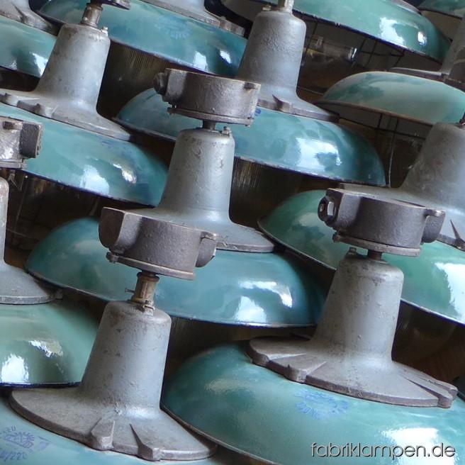 Wir haben einen schönen Posten von massiven Industrielampen gefunden. Die Lampen haben Glaskolben (teilweise mit Gittern), grüne Emaille-Schirme und gusseiserne Oberteile mit Verteilerdose. Die Lampen sind sehr schön erhalten. Demnächst im Angebot!