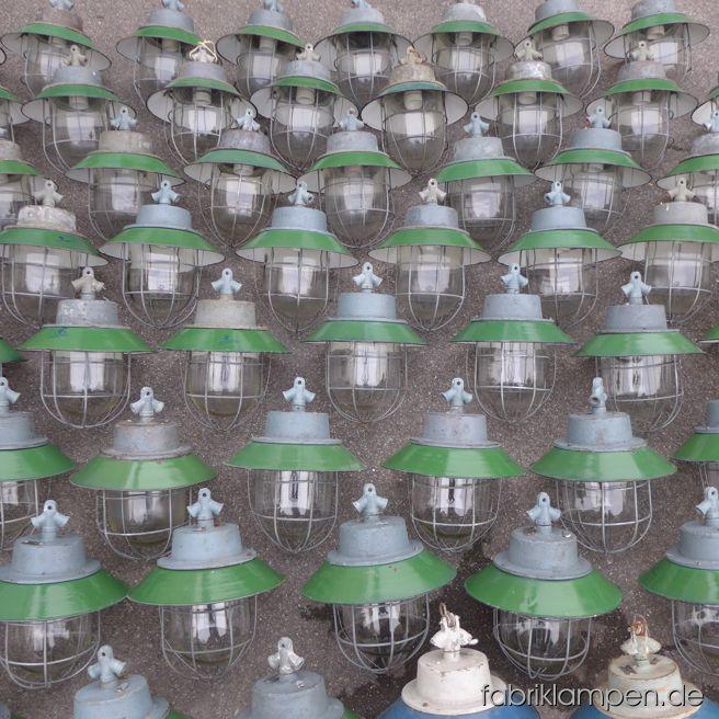 Wunderschöne grüne Industrieleuchten mit Emailleschirm und Schutzglas/Schutzgitter nach Einkaufstour. Zur Zeit haben wir ca. 80 Exemplare von diesen Leuchten auf Lager.