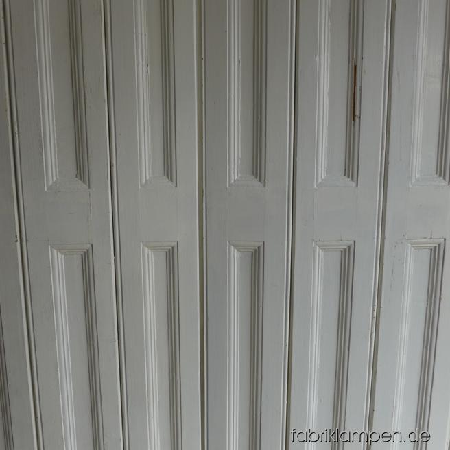 Alter Fensterladen, Klappladen aus Süden, die Klappläden dienten damals (im Innenbereich) als Sonnen- und Sichtschutz. Sie können wieder für Fenster oder als Schranktüre für Einbauschränke, als Wandverkleidung oder als Paravent verwendet werden. Im schönen Originalzustand, grob gereinigt. Die Klappläden sind immer paarweise zu bekommen, ein Paar besteht aus zwei Flügeln, die Flügel haben normalerweise zwei Glieder, sehr selten bestehen diese aus drei Gliedern. Größere Mengen sind auch bestellbar. Abmessungen: Breite 90-110 cm (am meisten ca. 100 cm), Höhe 130-220 cm.