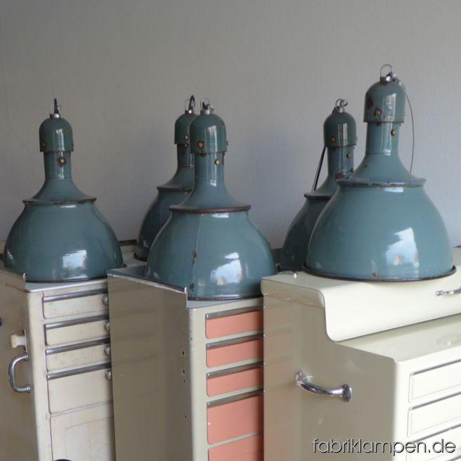 Einige Bilder der alten grünen Industrielampen auf Arztschränken.