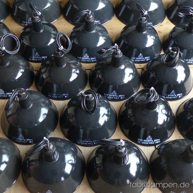 Schwarz ist elegant. Ein schöner Posten von seltenen kleineren (und einigen größeren) schwarzen Lampen mit Aufschrift für ein Büro in Berlin. Durchmesser 25 cm.
