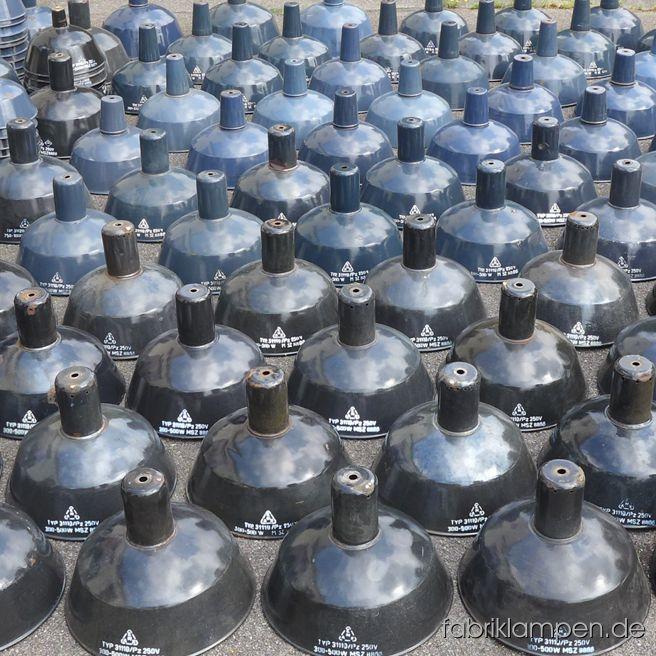 Jede einzelne Lampe, die einkommt, können wir nicht ablichten - es gibt aber immer wieder Posten, denen man nicht widerstehen kann…Am Wochenende sind gut 150 Emaille Lampenschirme eingetroffen. Verschiedene Farben (meist schwarz und Blautöne) und Abmessungen (25-46 cm), den Typ haben wir ständig auf Lager.