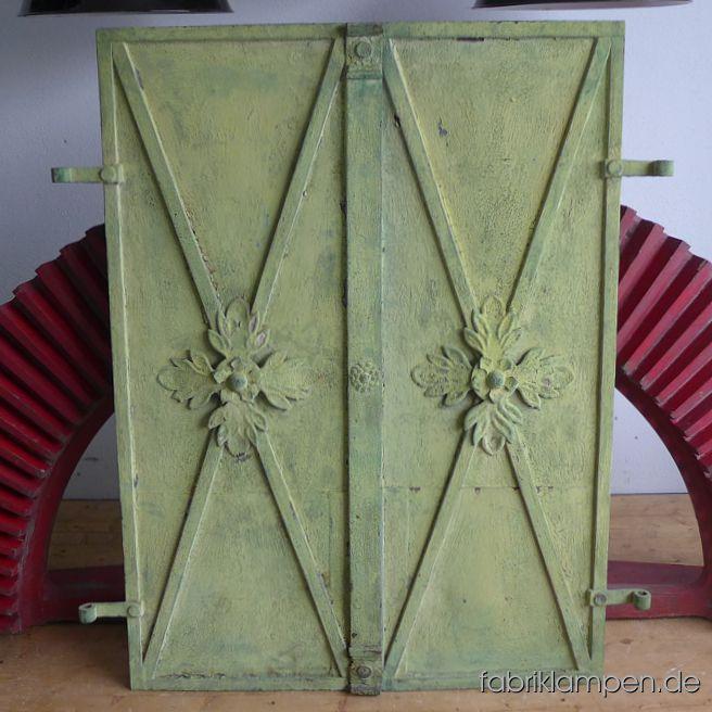 Alte geschmiedete Fensterläden aus dem XIX. Jahrhundert. Wunderschöne Schmiedearbeit mit großen Zierrosetten und Zierelementen. Sehr schöne alte grüne, etwas gelbliche  Farbe mit toller Patina. Auf der Hinterseite jeweils 2 Schubriegel. Der Zustand ist als gut zu bezeichnen, das Material ist gesund, lediglich hinter den Rosetten ist das Blech durchgerostet (s. Bilder). Die Fernsterläden sind als Paar zu bekommen, ein Paar besteht aus zwei Flügeln. 2 Paare auf Lager Abmessungen: Breite 84,5 cm (Gesamtbreite ohne Scharniere gemessen), Höhe 115,5 cm, Scharniere 7,5-8 cmBreite 84,5 cm (Gesamtbreite ohne Scharniere gemessen), Höhe 116 cm, Scharniere 5-7,5 cm