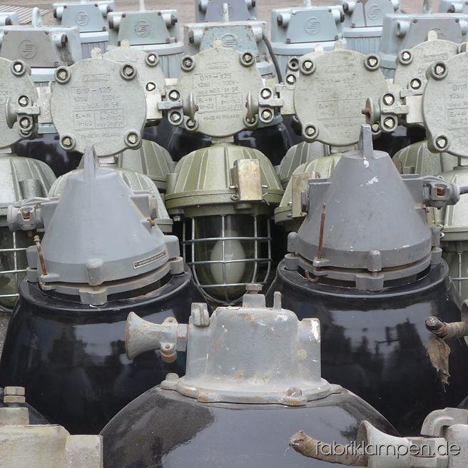 Neben anderen alten Industrielampen ist auch dieser interessante Posten von 50 Stück Bunkerlampen in Januar eingetroffen. Auf den Bildern noch im Fundzustand, teilweise mit schwarzem Emailleschirm, demnächst im Angebot!