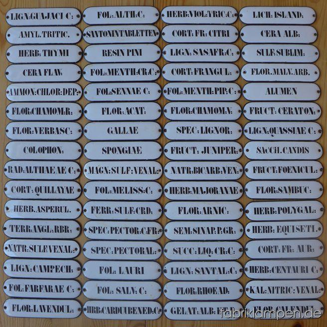 64 Stück alte Emaille Schilder aus einer Apotheke. Recht alte, handbemalte Schildchen im guten Originalzustand, mit üblichen Alters- und Gebrauchsspuren. Gereinigt, mit leichten Verfärbungen und Abreibungen/Kratzer. Einmaliger Posten, in der Menge sind die Schilder heute – gelinde gesagt - schwer zu finden. Ideal für ein Projekt mit einem großen Apothekerschrank oder Schubladenschrank. Die Abmessungen: Breite 13,2 cm, Höhe 3,2 cm