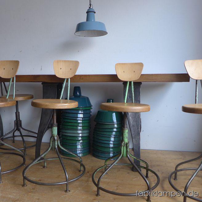 Alte höhenverstellbare Industriestühle (Drehstühle) mit Eichensitz. Die Gestelle sind aufgearbeitet und konserviert, stellenweise mit Resten der Originalfarbe (meist grün oder grau). Um ca. 1930-1940, die Stühle im Bergezustand sind auf dem letzten Bild zu sehen. Sehr schöne, interessante Form mit geschwungenen Linien. Da die alten Sperrholzsitze nicht mehr zu verwenden waren, haben wir diese alten Hocker mit neuen Sitzen aus Eiche massiv versehen. Wir haben die Rückenlehnen aus upcyceltem Sperrholz (von alten Stühlen) hergestellt und mit Messingschrauben befestigt. Sitze und Rückenlehnen sind mit Naturwachs behandelt. Stärke der Sitzplatten ist 3,8 cm, sie haben eine angenehme Sitzmulde. Der Durchmesser der Sitze beträgt 35 cm. Massive, unverwüstliche Ausführung, geeignet für Gastronomie oder Ihre Loft-Küche. Die Sitzhöhe erlaubt die Nutzung auch bei höheren Tischen/Theken als Barstuhl. Sitzhöhe von 51 bis 65 cm.