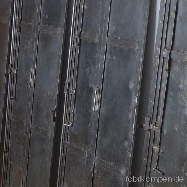 Alte, antike Klappläden aus einem ehemaligen Weingut. Spätes XIX. Jahrhundert, Handarbeit, massiv genietet, mit vielen handgeschmiedeten Teilen. Sehr massive und robuste Ausführung, das Gewicht eines Klappladens beträgt ca. 80 Kg. Die Klappläden sind intakt, keine Durchrostung oder Ähnliches ist festzustellen. Sie sind gerade, nicht verzogen. In diesem Zustand sehr schwer zu finden. Sie ist gereinigt und konserviert (Hartöl/Hartwachs). Sofort einsetzbar. Ideal als Fensterladen für ein Loft oder Gastronomie oder für einen industriellen Einbauschrank oder als Wandbekleidung oder Raumteiler. Höhe: ca. 199 cm, Breite 70 cm (ohne Scharniere).
